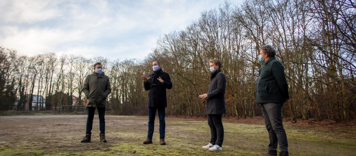 Burgemeester Alexander Vandersmissen (links) en Woonpunt-voorzitter Arthur Orlians (tweede van rechts) in het stadsbos.